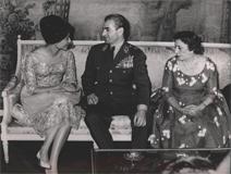 مجمد رضا پهلوی و فرح دیبا در مراسم نامزدی کاخ مرمر